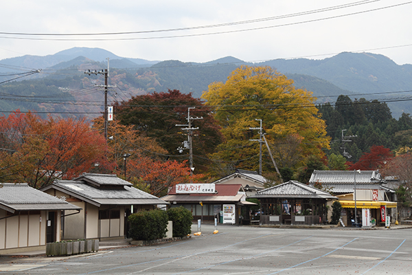 Stalls at the start of road into the interior of Mount Yoshino (Mapcode: 36 119 660*20)