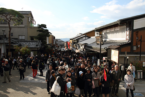 The crowd outside Kiyomizu Dera