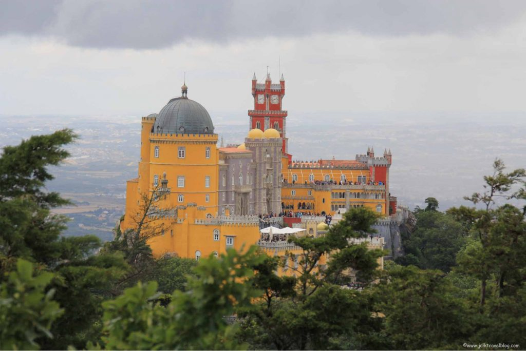 A zoom in view of the Palace of Pena